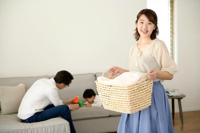 家事をしている女性