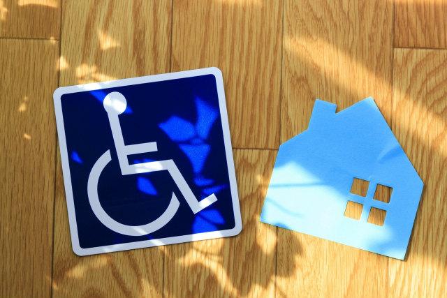 障害者マークと家の模型