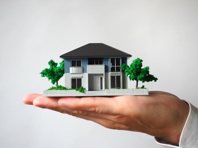 手の上にのった家の模型
